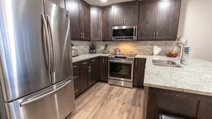 Beautifully Remodeled 2-Bedroom Main Street Condo with Saltwater Hot Tub