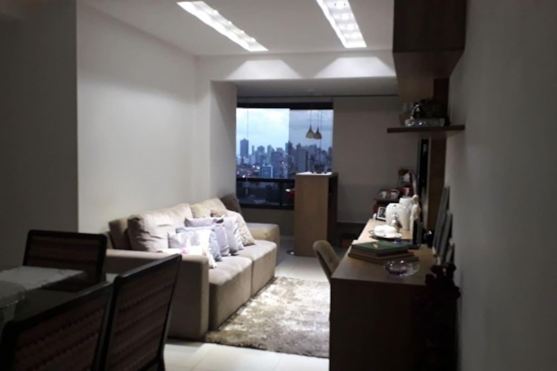 Sala do apto com varanda integrada - sala de jantar/ estar / barzinho com varanda grande integrada ao ambiente