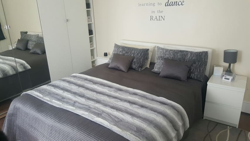 Large double bedroom grangetown cardiff - Cardiff - Casa particular