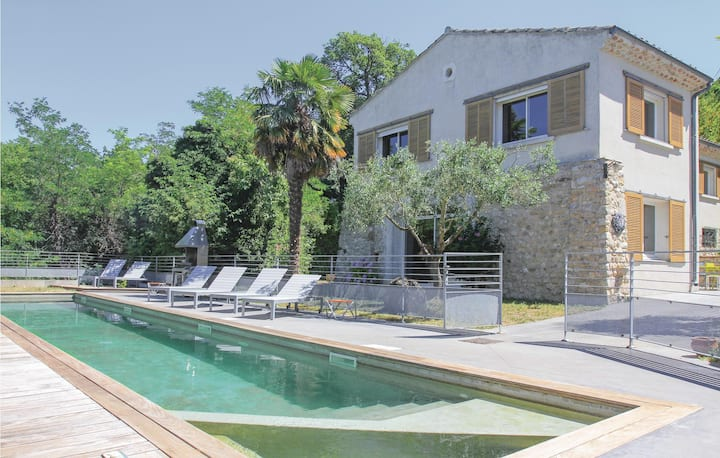 Stunning home in Malataverne with Jacuzzi, WiFi and 4 Bedrooms