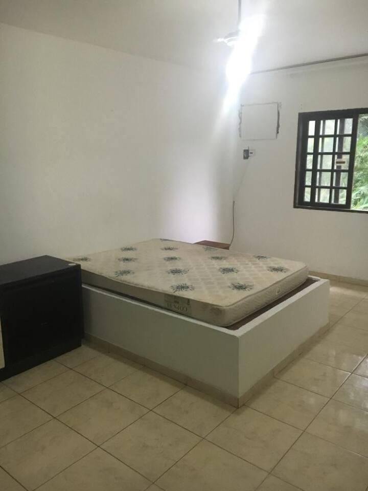 Suite confortável equipada com cama, tv, geladeira