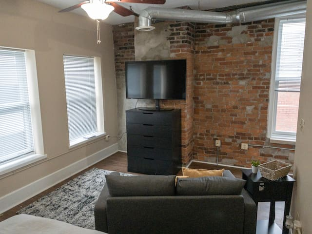 Quaint Studio Apt Downtown Lafayette - Min to PU