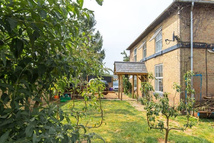 Victorian Farmhouse,Animals & Stables -Single Beds - Cambridgeshire - บ้าน