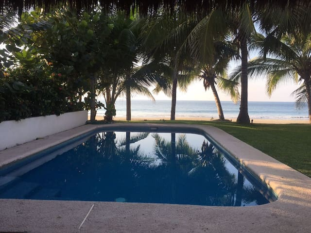 Vista de la alberca hacia la playa