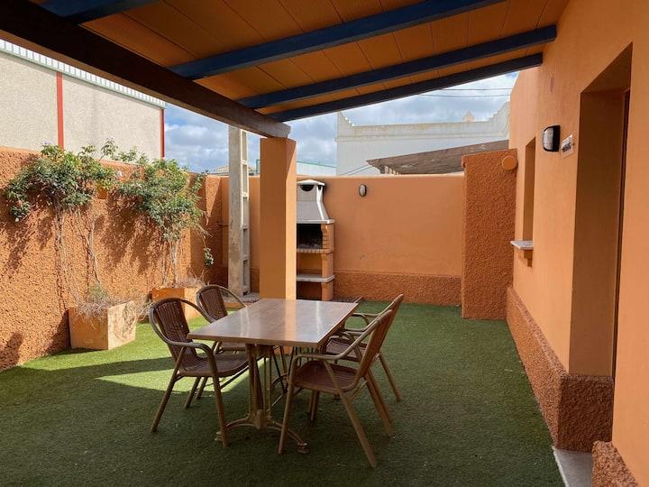 Apartamento para 4 personas con jardín privado y barbacoa cerca de la playa