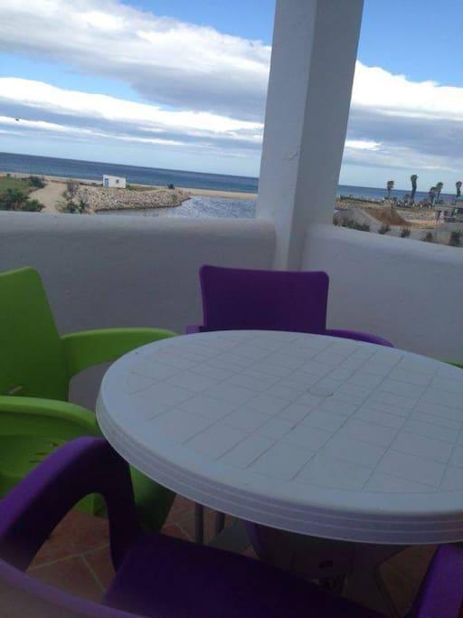 Une terrasse avec un belle vue sur la mer