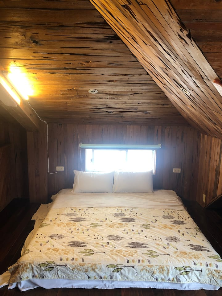 位於池上市區,室內設計師的蓮根檜木材工作室 在東部知名的室內設計師工作室好好睡一晚。