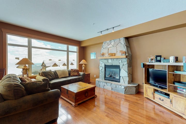 Upscale, ski-in/ski-out condo w/ private hot tub - hit the slopes with ease!