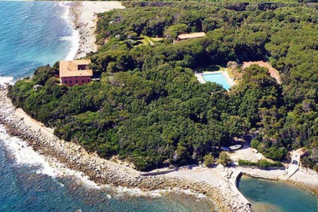 Birds' view of Villa Il Fortullino with its park and small harbour
