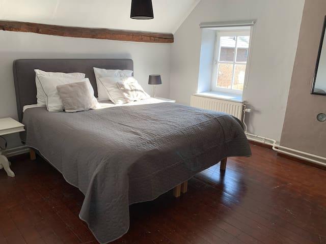 Slaapkamer 1 met luxe 2-persoonsboxspring