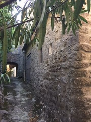 Petite maison au coeur du village de Vogüé