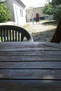 la tranquillité en ville dans maison de village - Bourg-Saint-Andéol