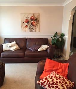 A warm quiet spacious home - Hull
