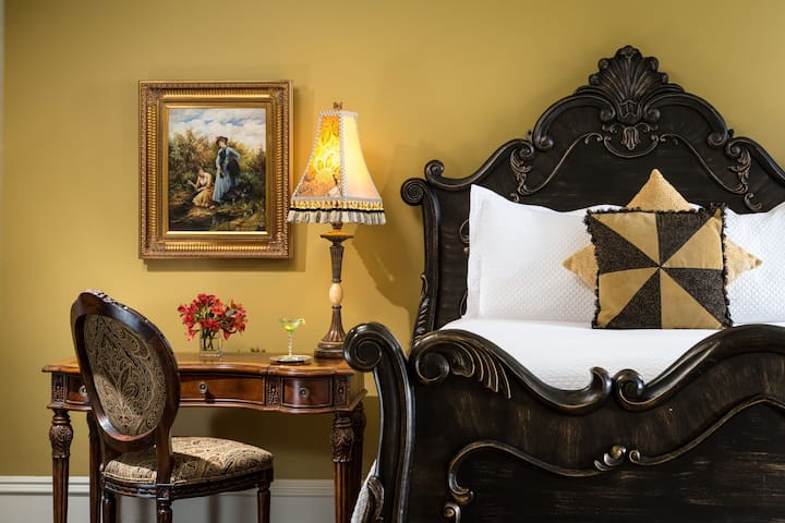 Cozy Queen Bedroom in Historic Savannah Bed & Breakfast