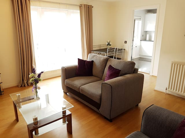 Two bed apartment w/ parking & close to Royal Mile