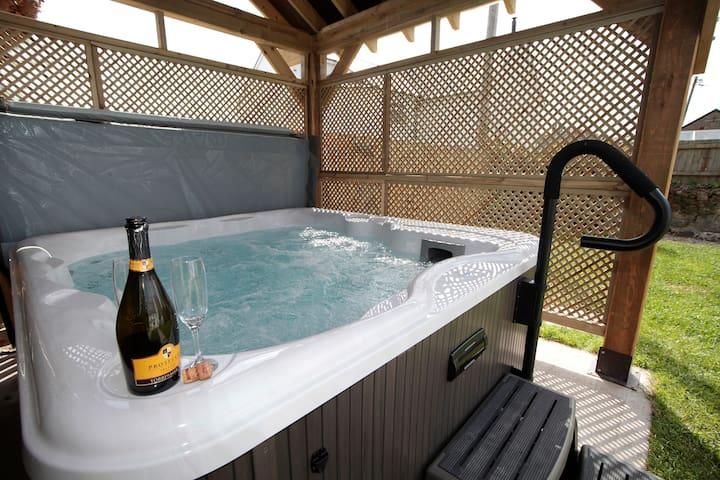 Seaside Carreglwyd Farmhouse sleeps 12 has Hot Tub