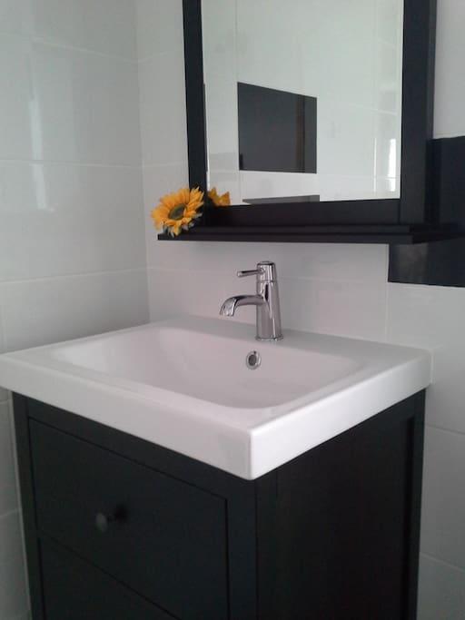 Salle de bain privative avec douche Italienne et WC.
