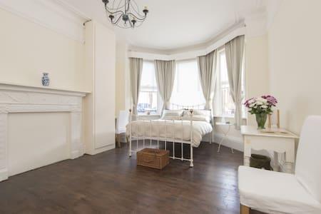 Bright, luxurious, restored Victorian garden flat - Apartemen