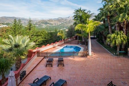 La Casa Roja Tropical B&B-Chirimoya - อัลมูเญกา - ที่พักพร้อมอาหารเช้า