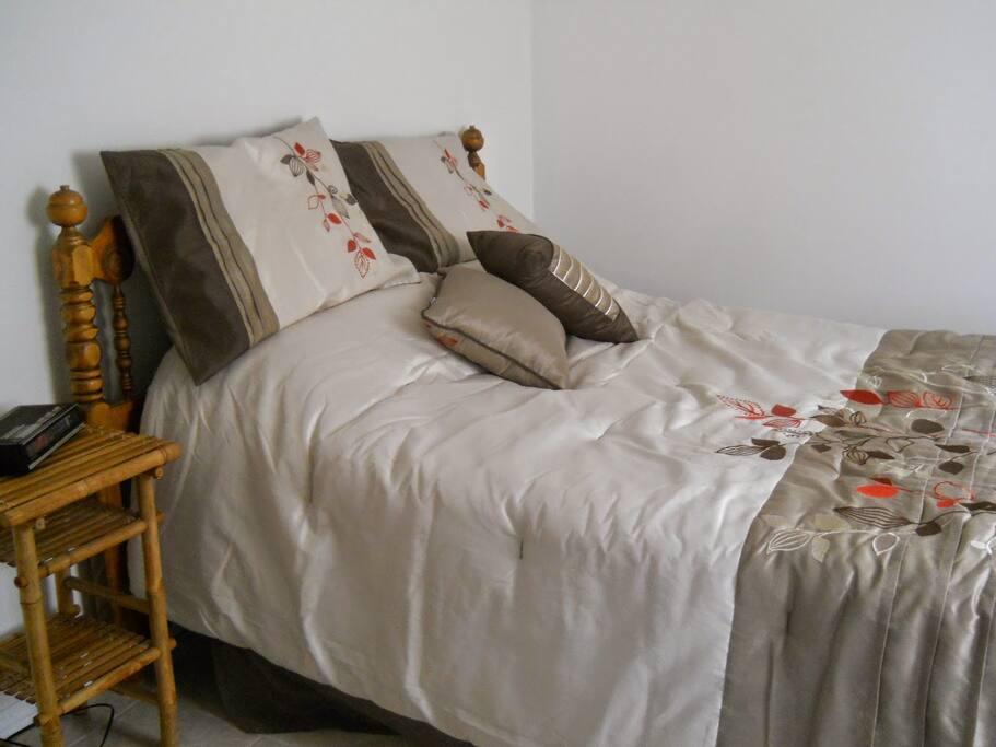Chambre à coucher. / Bedroom.