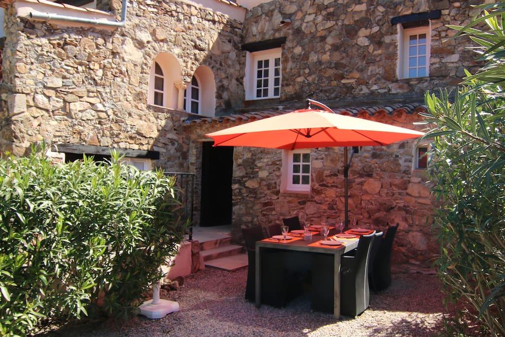 Voorzijde met terras en parasol