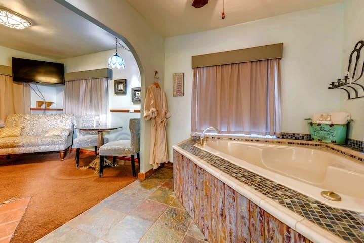Red Rocks Honeymoon Cottage With Indoor Jacuzzi