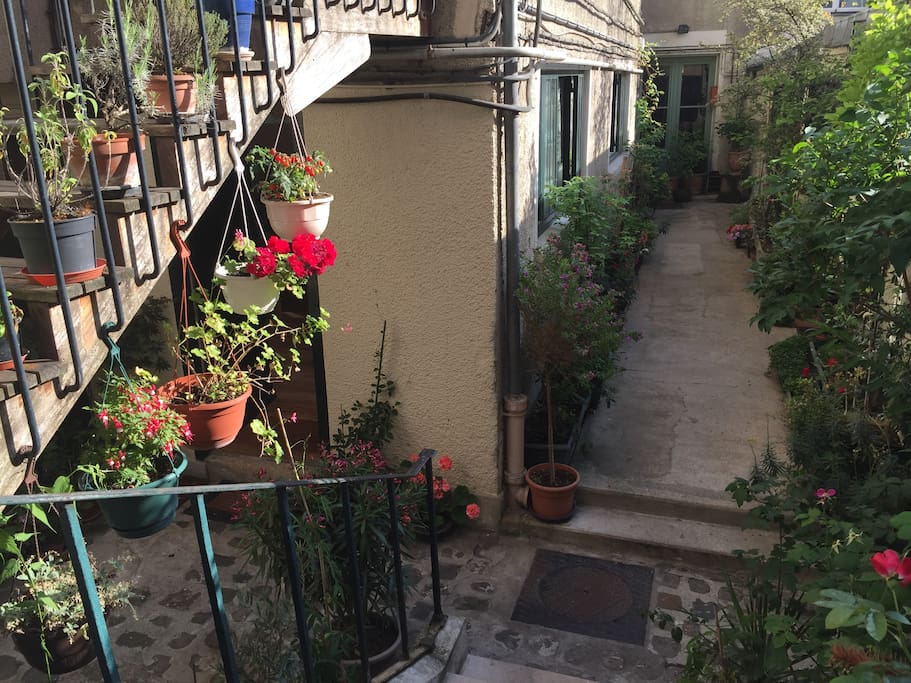 Located in a quiet courtyard. It feels like being in the countryside although you are in the very heart of Paris. My apartment is on the groundfloor