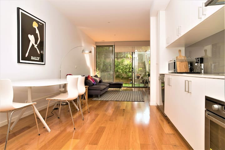 1 Bedroom Apartment w Courtyard Walk to Monash Uni