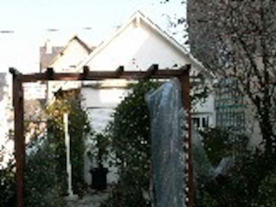 vue exterieure cote jardin du petit pavillon