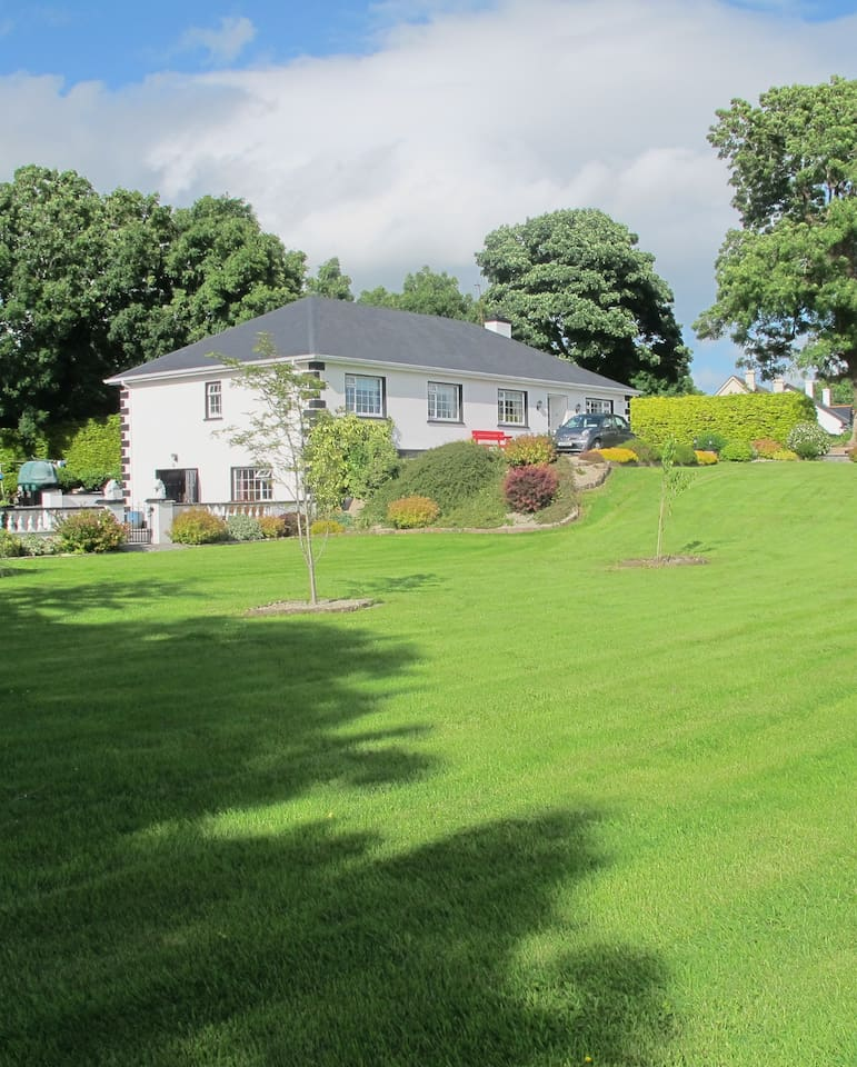 Location-Touring Base for the West -Home Away From Home -Resturant and Pub -2 minutes walk !
