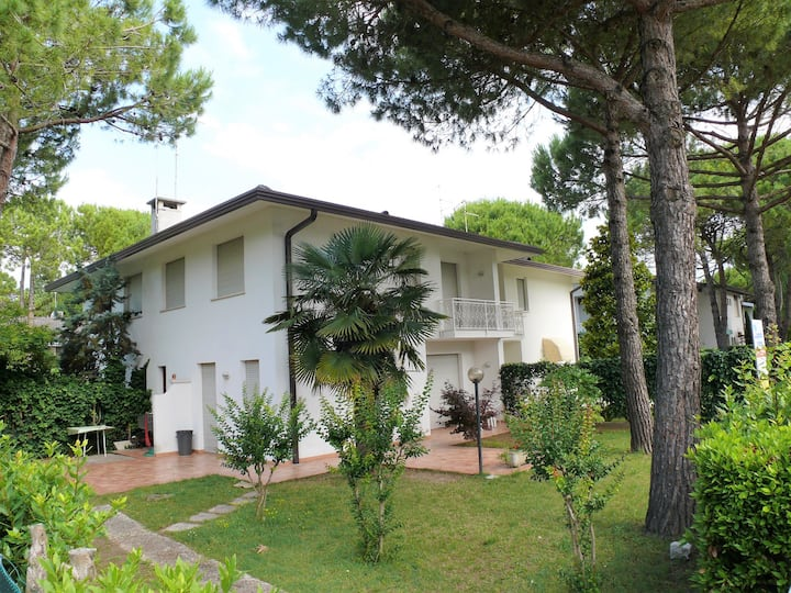 Villa for 6 persons with a/c in Lignano R102414