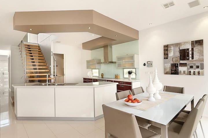 Ultraluxe 3bd home w/Jacuzzi & more - Maribyrnong - บ้าน