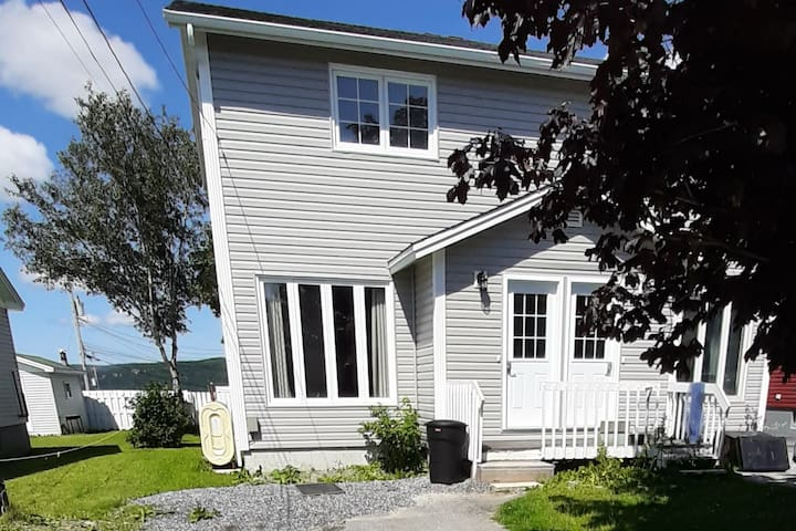Red Maple 2Bdrm Clean & Easy access to everything
