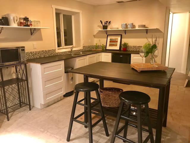 Kelowna Guest Suite, Beaches and Wine Country
