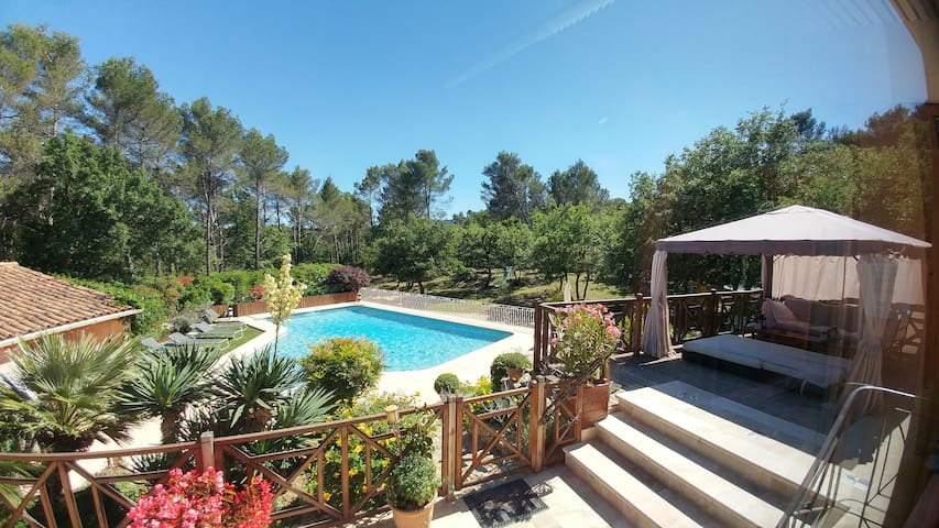 Villa Victoria, bed and breakfast, games, pool