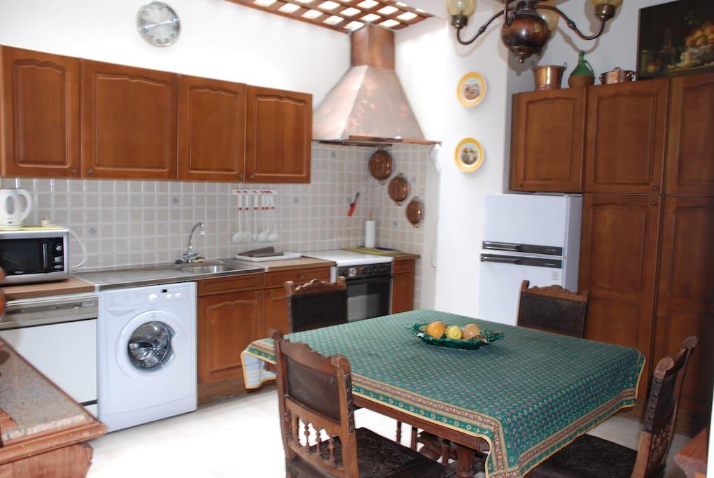 La cuisine équipée avec puits de lumière