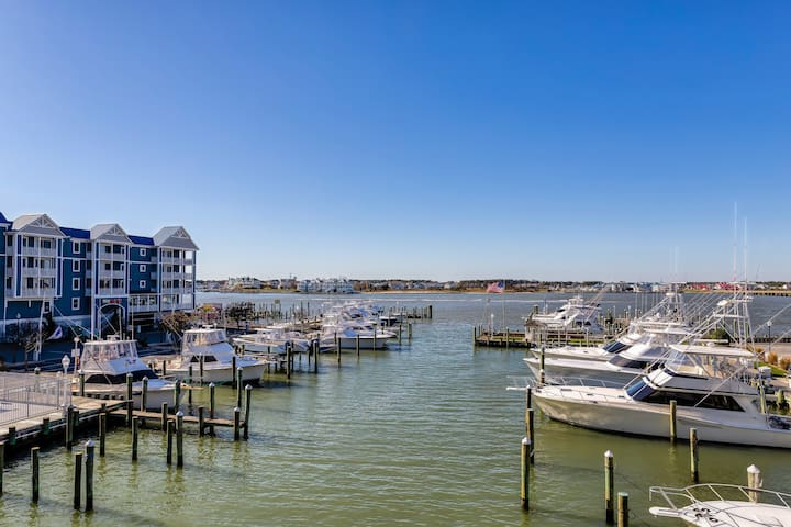 Bayfront condo w/ marina views and access to shared pool - walk to beach!