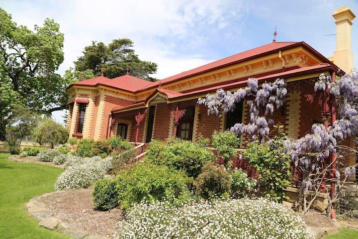 Historic Vine Lodge Homestead at Seppelt Winery - Great Western