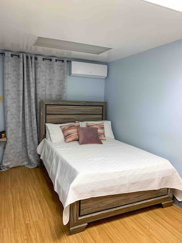 Double Bed, Air Conditioning, Smart TV, Bedside table, Lamp, Wifi,  Drawers, Blankets, Towels, First Aid Kit.   Cama Full, Aire Acondicionado, TV,  Mesita de noche, Lampara,Wifi, Gavetas, Mantas, Toallas, First Aid Kit.