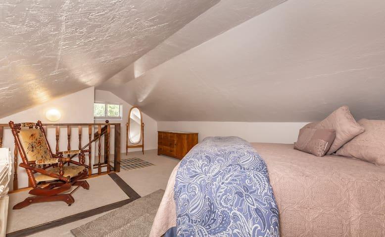 Loft with queen bed that sleeps 2