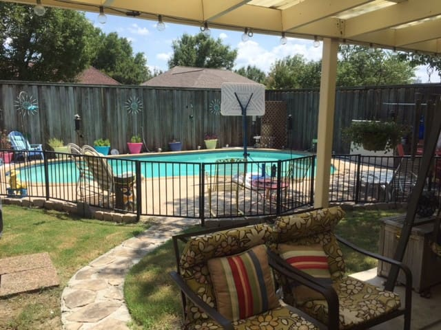 Quiet 4 bed, 1 bath home w/pool and hot tub.