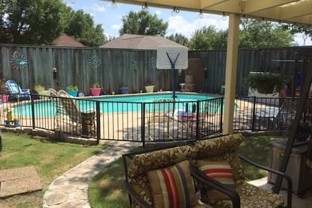 Quiet 4 bed, 1 bath home w/pool and hot tub. - Allen - Casa