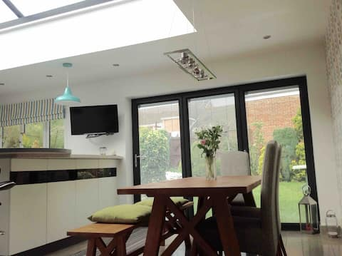 Comfortable, Contemporary room close to York City