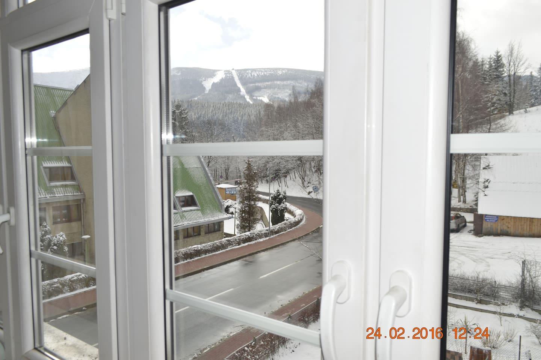 Widok na góry, między innymi Śnieżkę i Małą Kopę