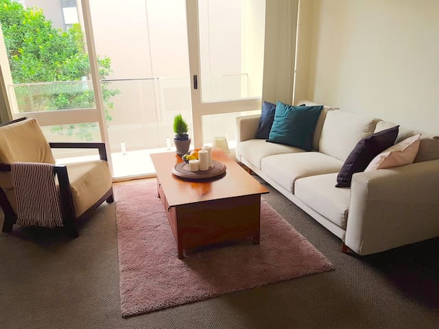 Large Master Bedroom - seconds to Maroubra Beach