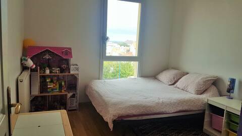 une chambre dans un appartement de 80m²