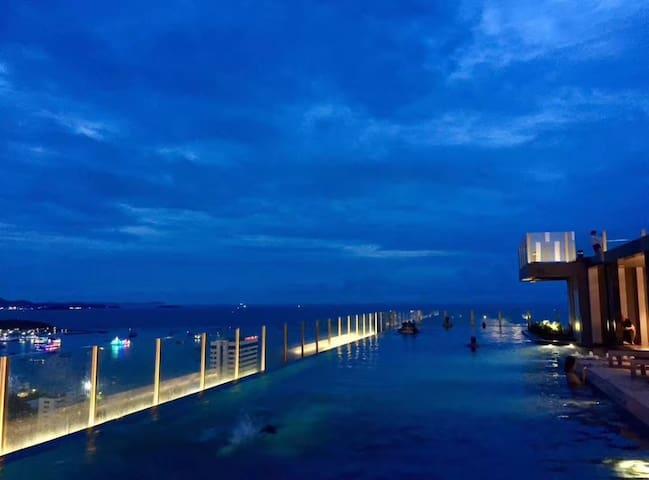 the base 全市中心最高无边泳池300米海边特价一房   独立卫浴免费停车场泳池。可接机