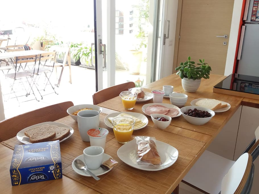 Enjoy your breakfast inside or outside - either way with a beautiful sea view!