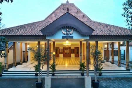 Guesthouse, Wedding Hall & Meeting - Surakarta - Rivitalo
