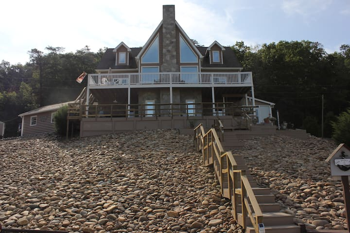The LakeHouse Vacation Rental on Douglas Lake